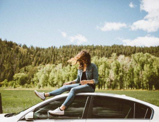 Frau auf dem Auto